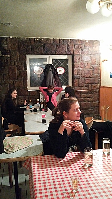szarvas_pubtourist_red_checkered_tableclothes