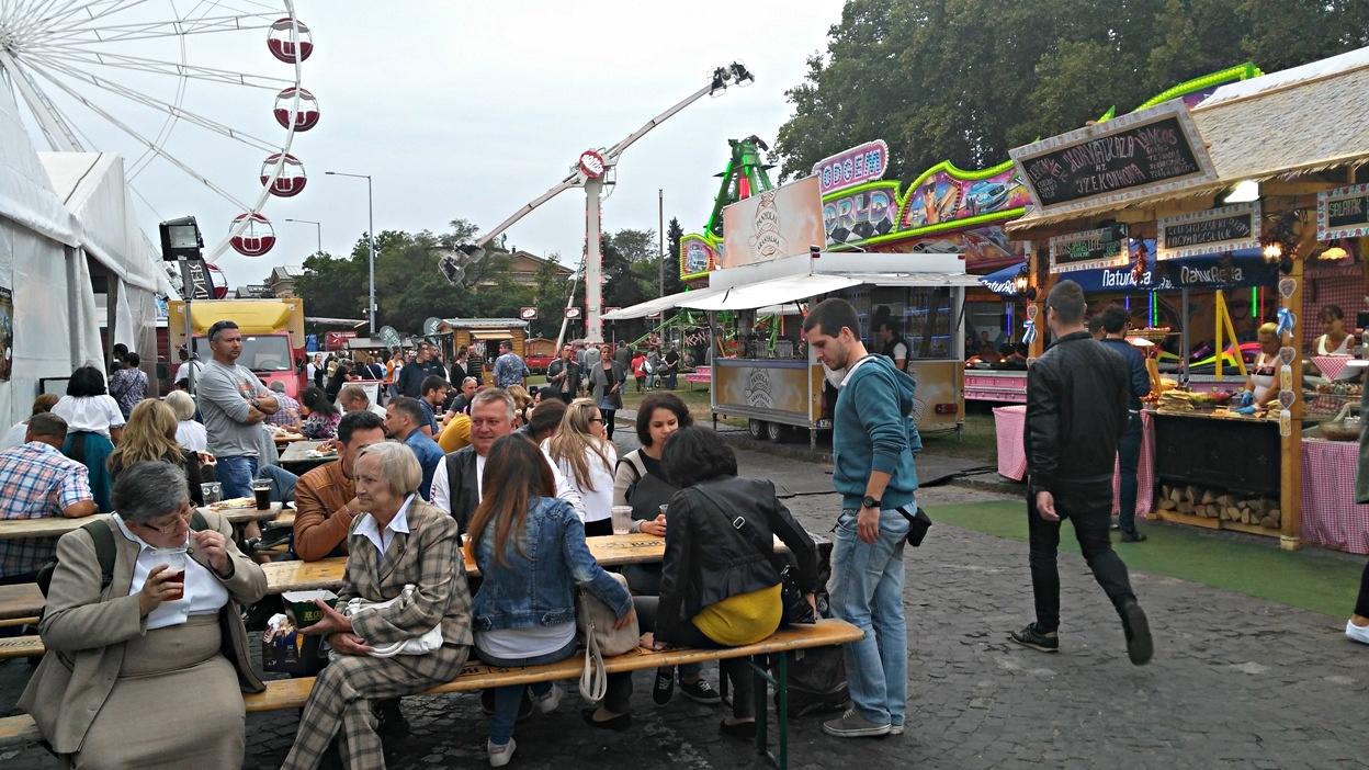pubtourist_oktoberfest_budapest_crowd1