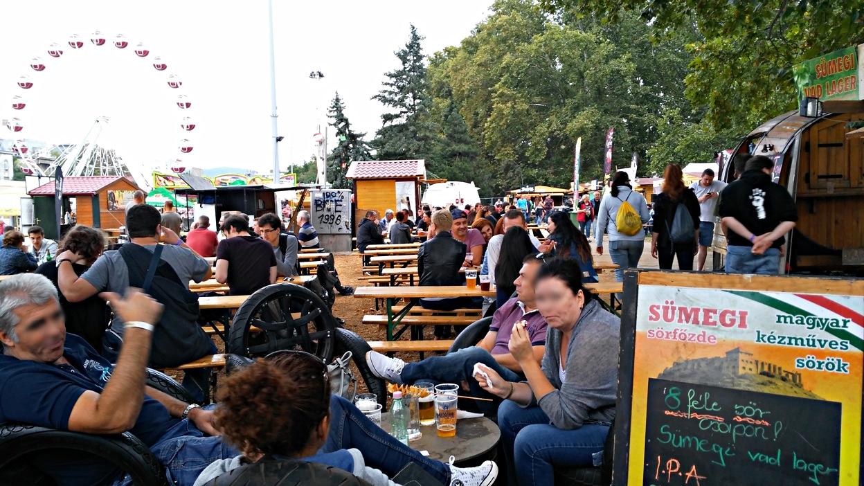 pubtourist_oktoberfest_budapest_crowd2