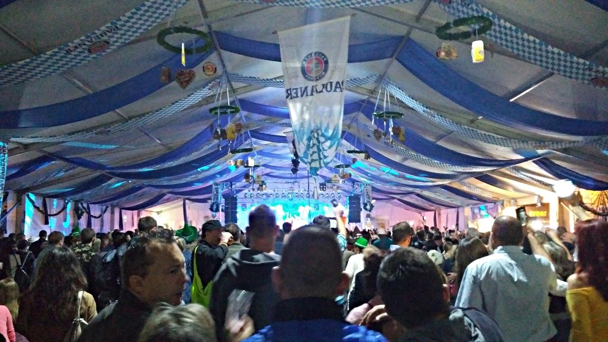 pubtourist_oktoberfest_budapest_2016_concert_crowd