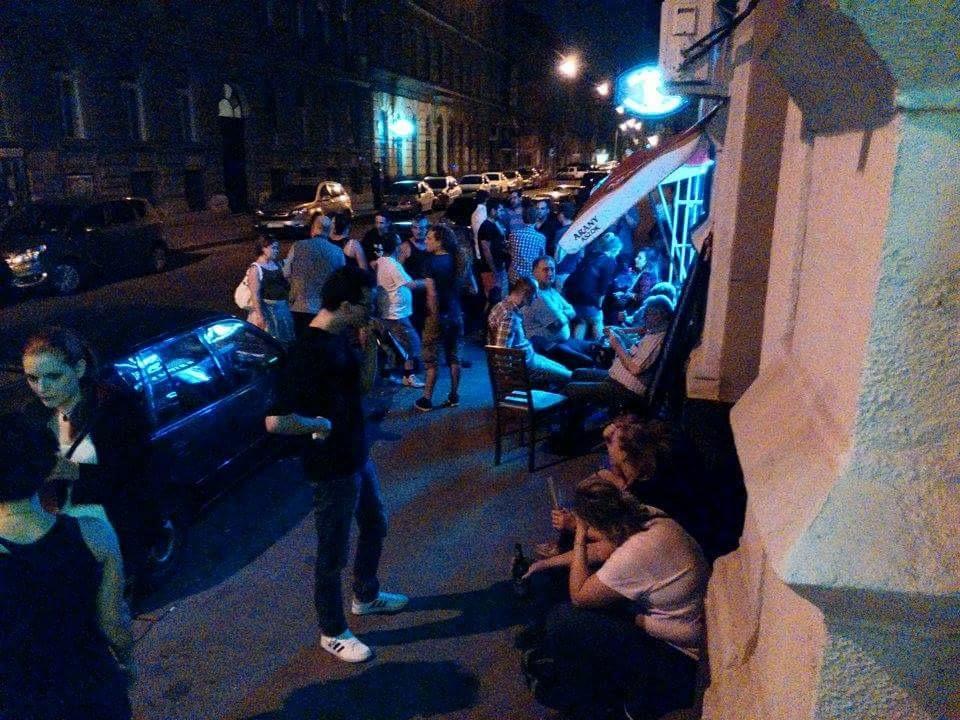 pubtourist_chaos_crowd