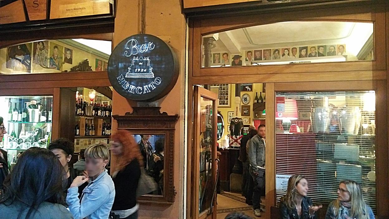 The entrance of Bar Mercato in Bologna - Pubtourist