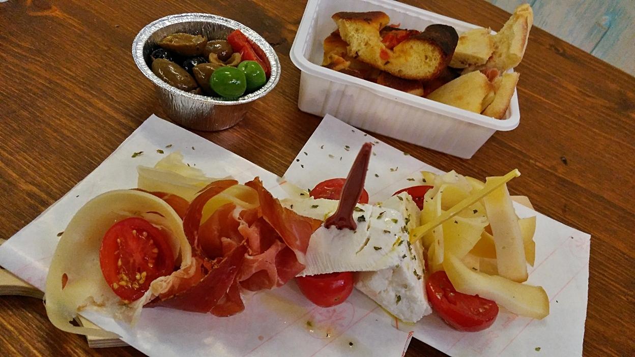 Cold cut plates in Mercato delle Erbe, Bologna - Pubtourist