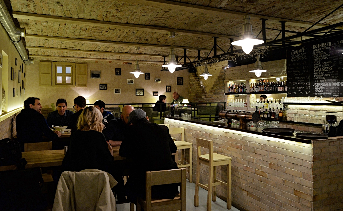 The bar of Hunyadi Gasztromühely and BBQ, Budapest - Pubtourist